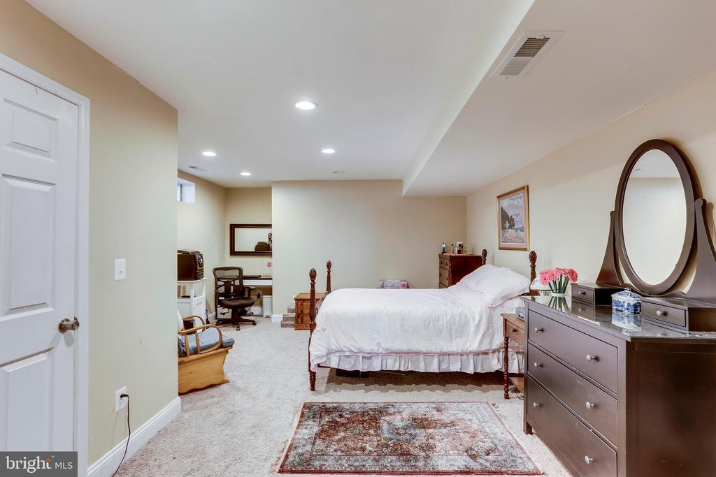 Au Pair/ Mother in Law  suite with large closet - 4525 MOSSER MILL CT, WOODBRIDGE