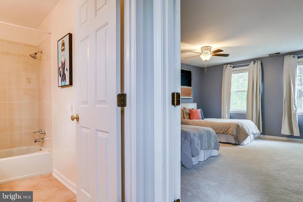 Hall bath room - 728 20TH ST S, ARLINGTON