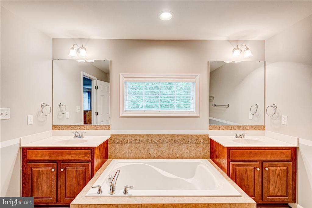 Dual vanities and soaker tub. - 26 BLOSSOM TREE CT, STAFFORD