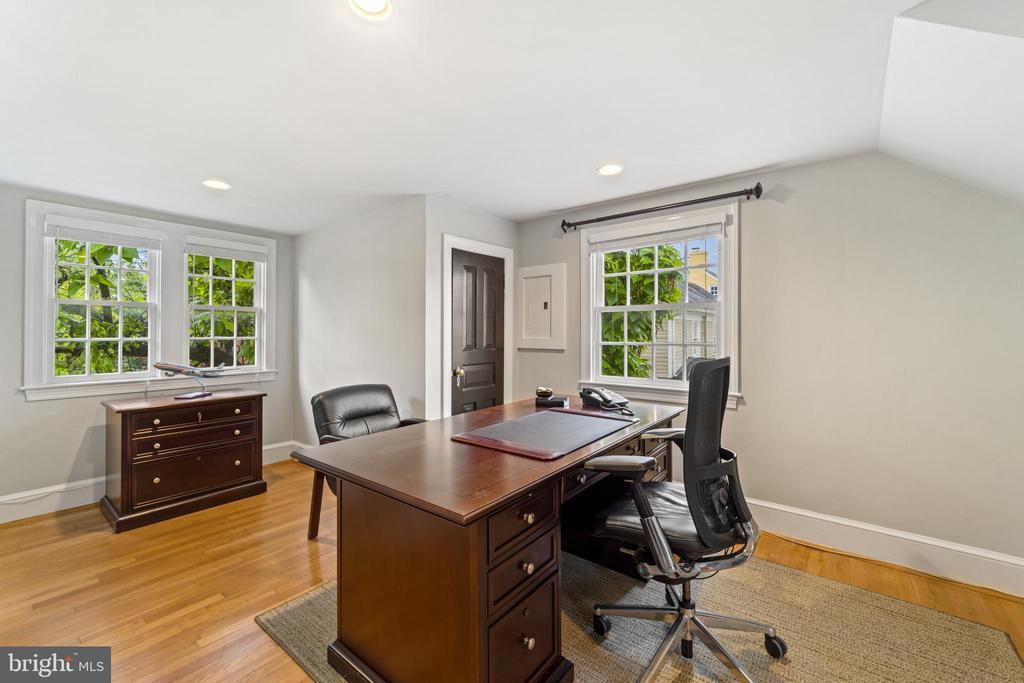 Upper Level Large Office / Bedroom - 213 LOUDOUN ST SW, LEESBURG
