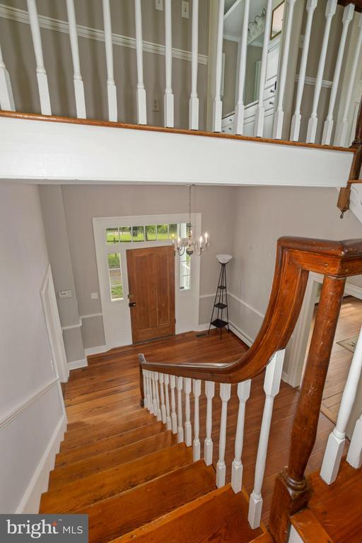 Center stairs - 675 LIME MARL LN, BERRYVILLE