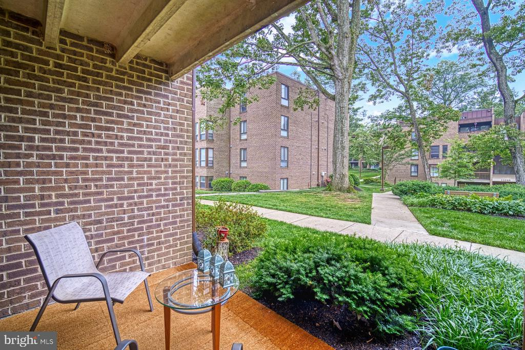 Patio looks out to courtyard - 11236 CHESTNUT GROVE SQ #164, RESTON
