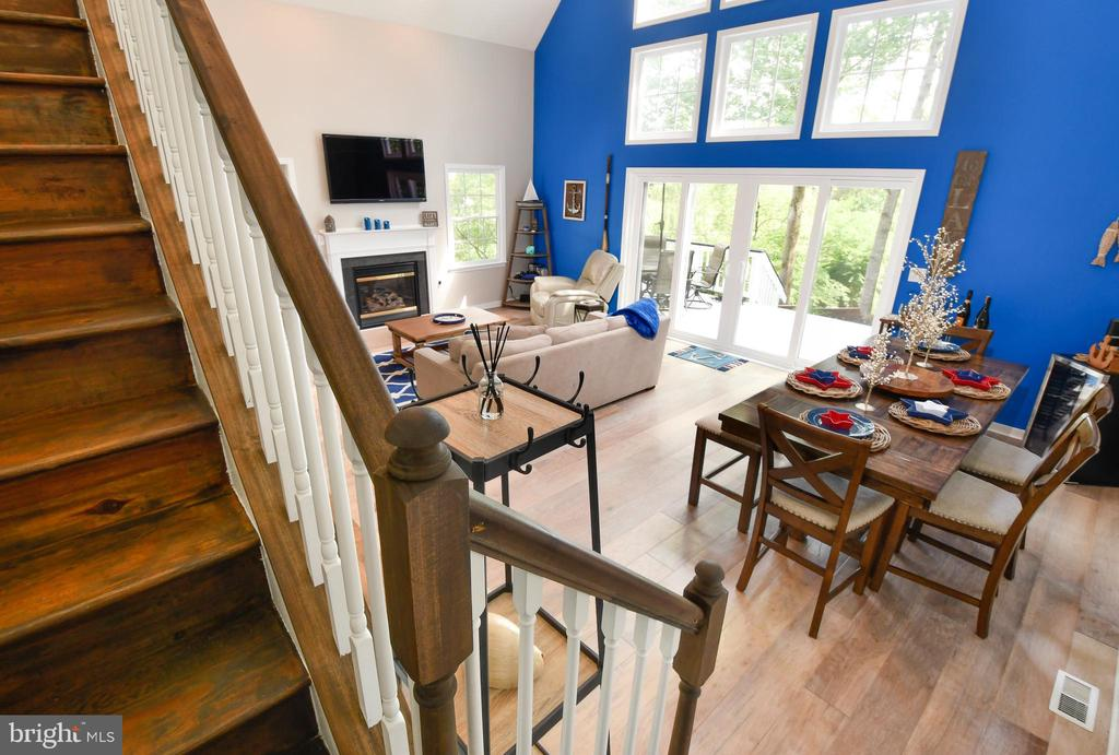 Wood Steps Overlooking Living/Dining Area - 16009 CARRINGTON CT, MINERAL