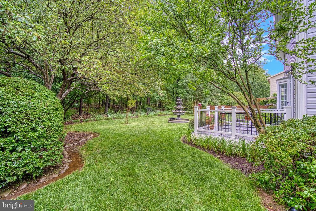 Landscaped back yard backing to parkland - 45838 CABIN BRANCH DR, STERLING
