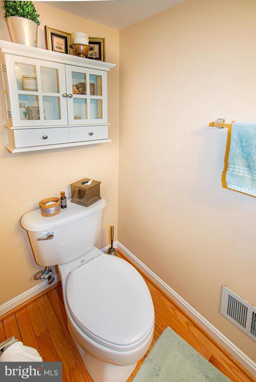 2nd lvl guest half bathroom - 5000 DONOVAN DR, ALEXANDRIA