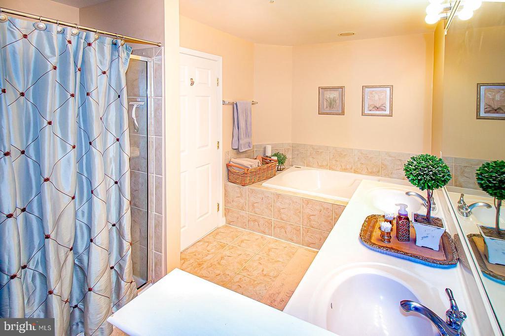 Primary suite lux bathroom - 5000 DONOVAN DR, ALEXANDRIA