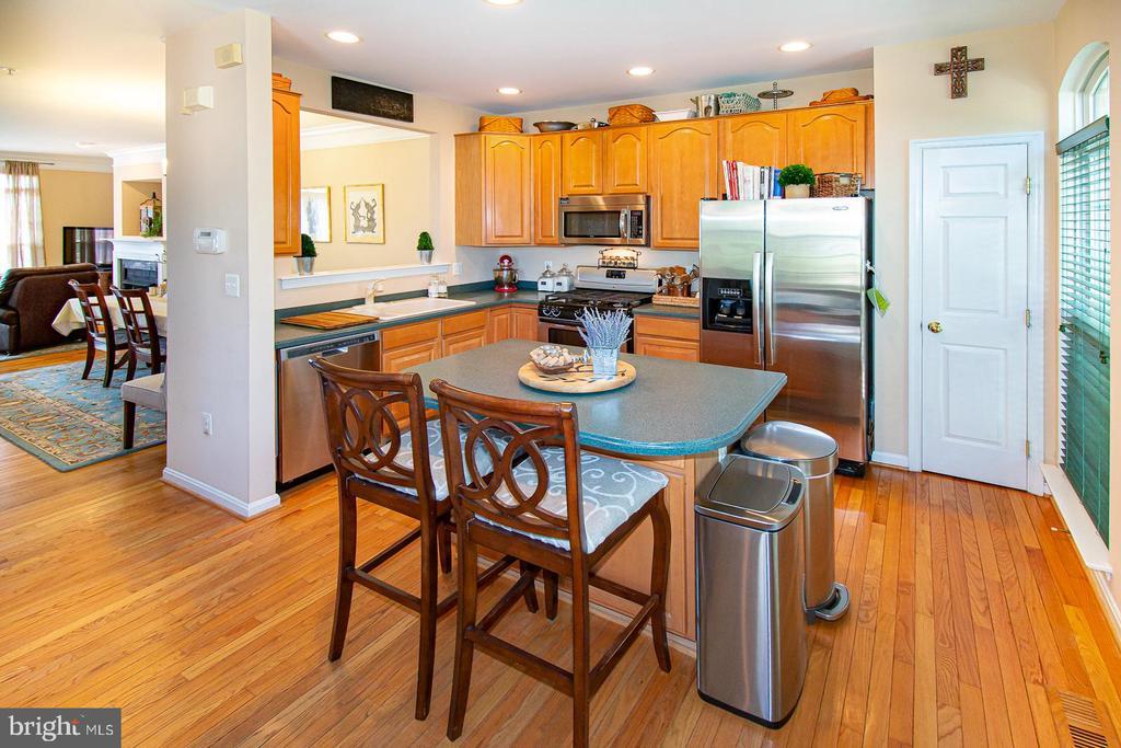 Kitchen with pantry closet - 5000 DONOVAN DR, ALEXANDRIA