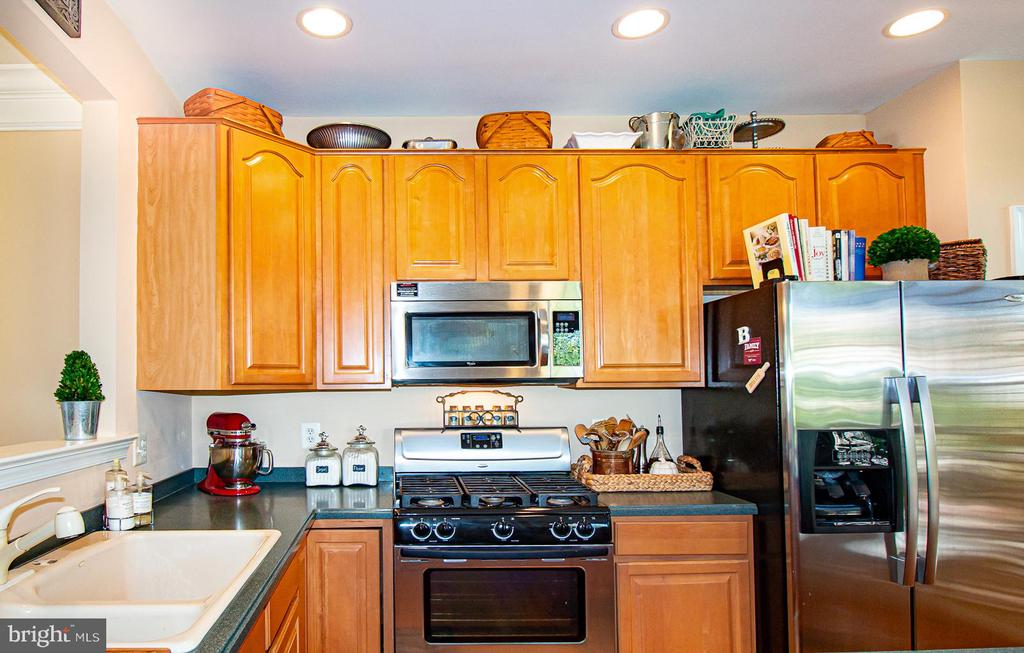 Spacious chef's kitchen with gas cooking - 5000 DONOVAN DR, ALEXANDRIA
