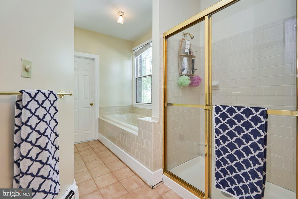 Jetted Tub and Separate Shower - 9012 GRANT AVE, MANASSAS