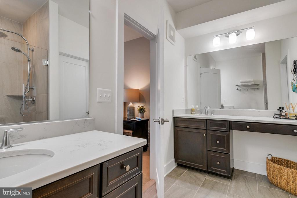 Large master bathroom with double vanities - 44822 TIVERTON SQ, ASHBURN