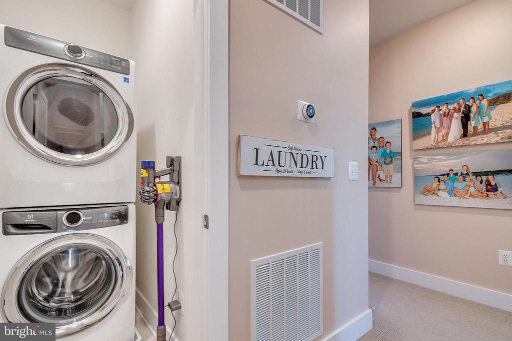 Upper level laundry room with washer and dryer - 44822 TIVERTON SQ, ASHBURN