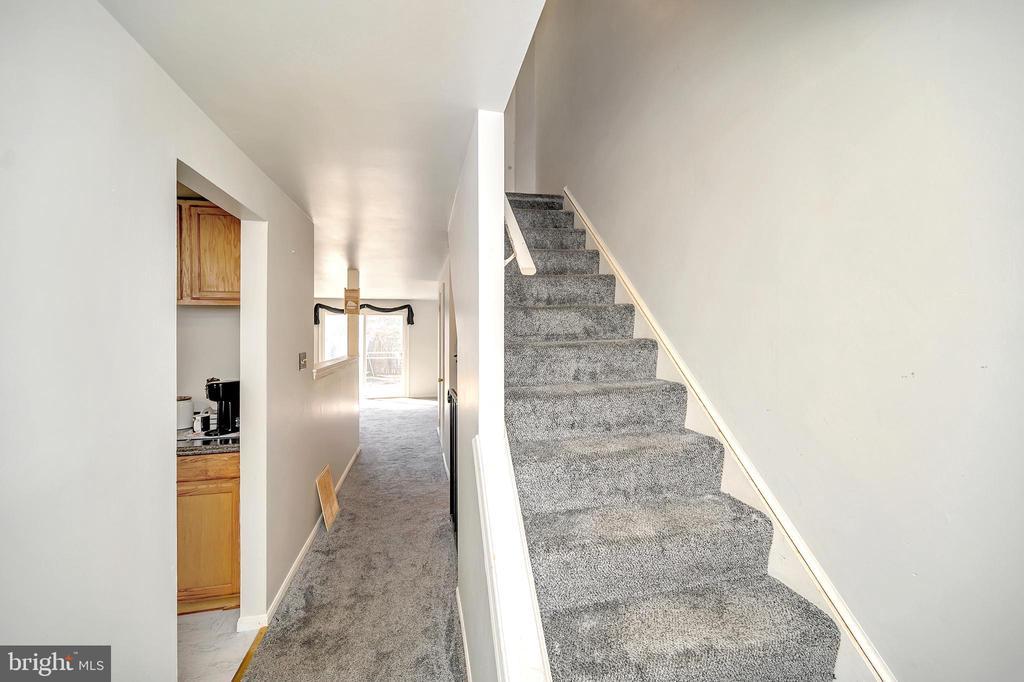 Middle level hallway - 4613 CENTRAL PARK DR, WOODBRIDGE