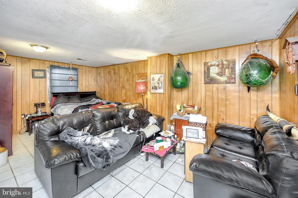 Large lower level living room - 4613 CENTRAL PARK DR, WOODBRIDGE