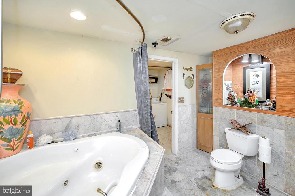 Lower level full bathroom with soaking tub - 4613 CENTRAL PARK DR, WOODBRIDGE