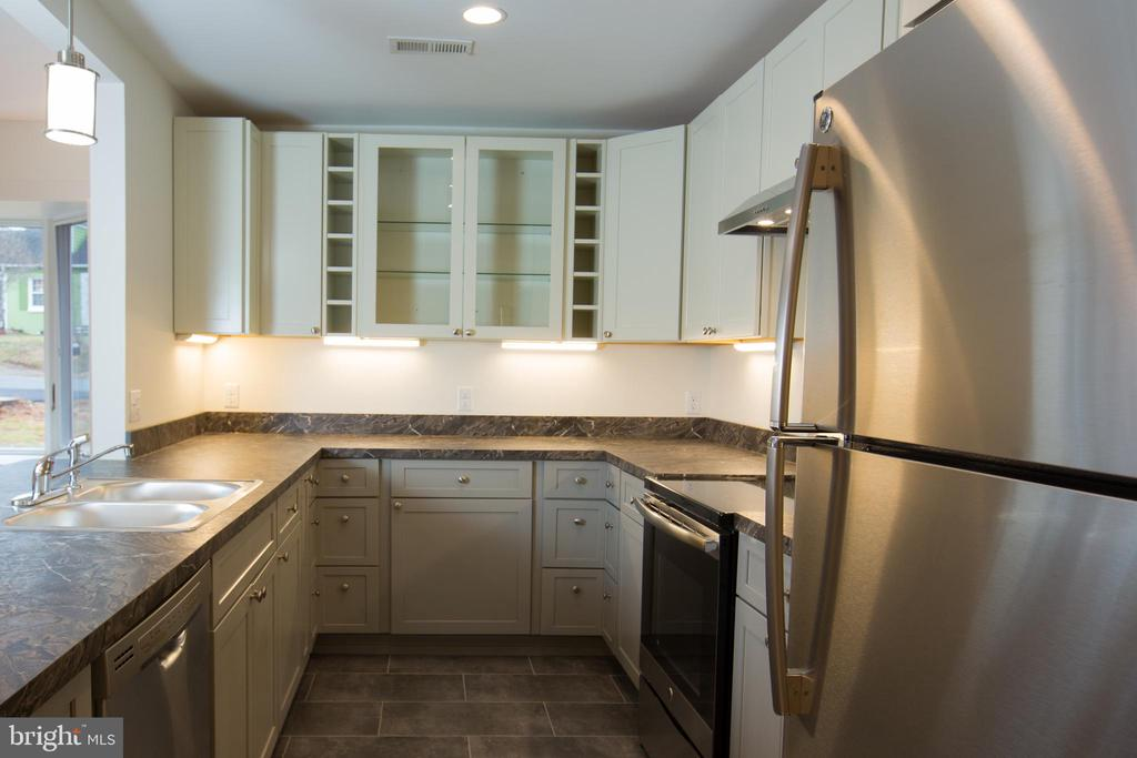 Kitchen with Stainless Steel - 705 WIRT ST SW, LEESBURG