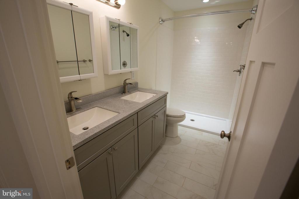 Main Level Full Bath - 705 WIRT ST SW, LEESBURG