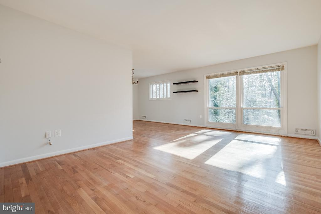 Hardwoods throughout main and upper level - 5035 KING RICHARD DR, ANNANDALE