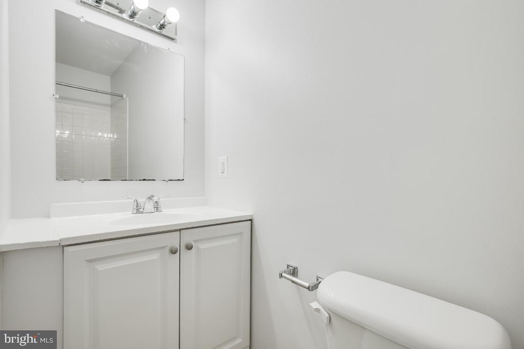 Upper level hall bathroom - 5035 KING RICHARD DR, ANNANDALE