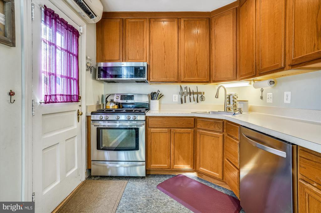 Kitchen with door to deck - 2600 16TH ST S #713, ARLINGTON