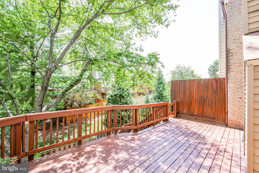 Large deck for outdoor dining and grilling - 6151 BRAELEIGH LN, ALEXANDRIA