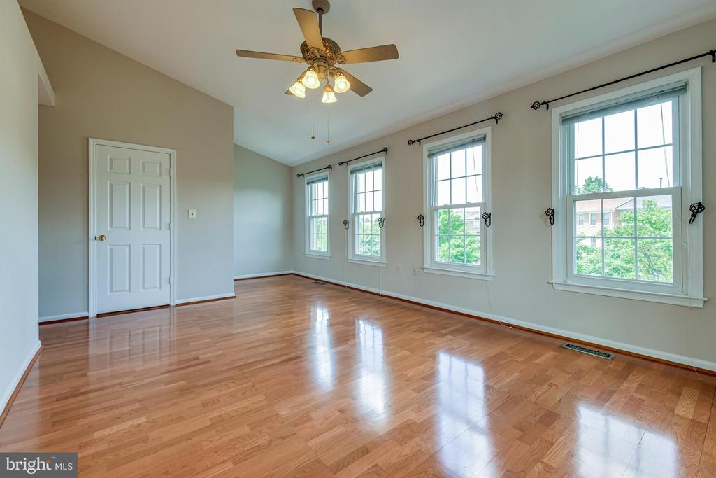 Bright and spacious primary bedroom - 6151 BRAELEIGH LN, ALEXANDRIA