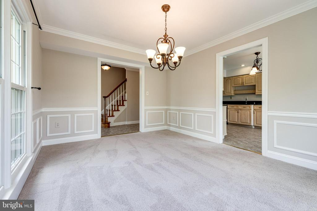 Dining room with entry from foyer and kitchen - 6151 BRAELEIGH LN, ALEXANDRIA