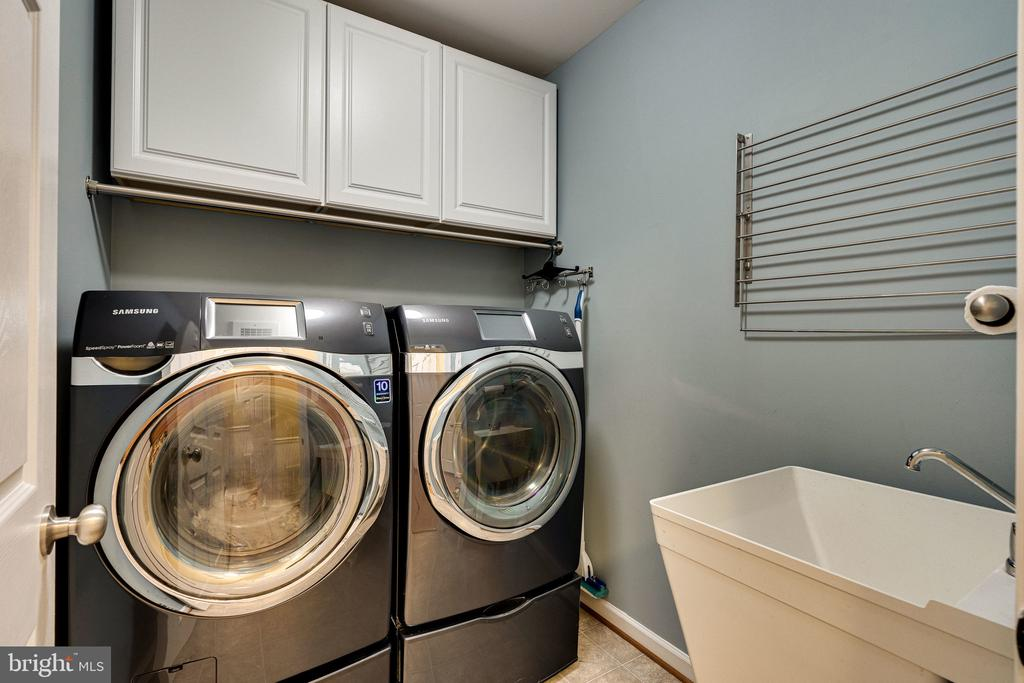 Laundry room w cabinets & sink - 42965 EDGEWATER ST, CHANTILLY