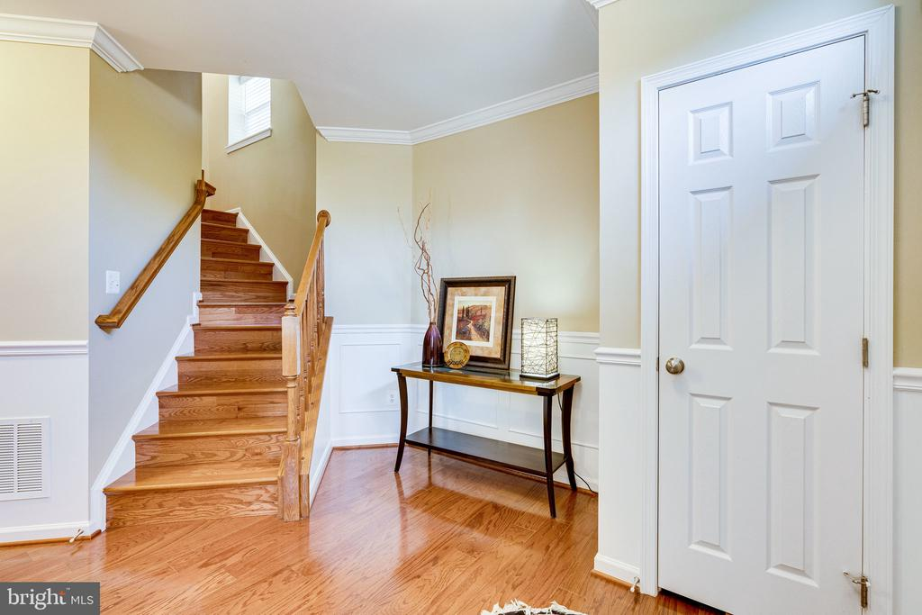 Entry foyer with hardwoods & hardwood stairs - 42965 EDGEWATER ST, CHANTILLY