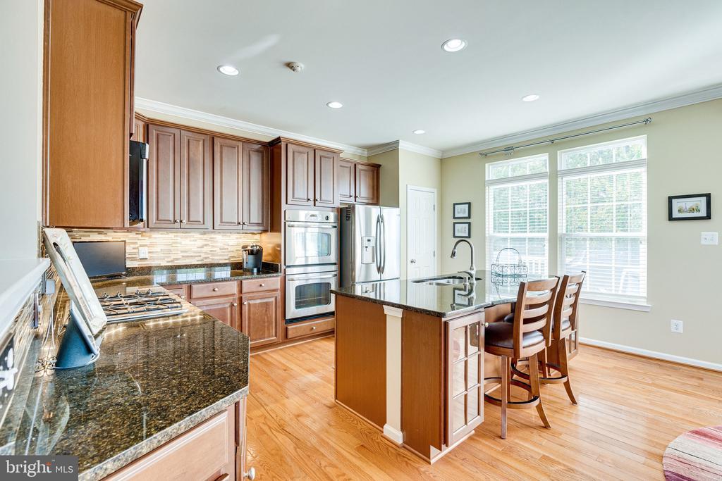 Gourmet kitchen with hardwoods & island - 42965 EDGEWATER ST, CHANTILLY