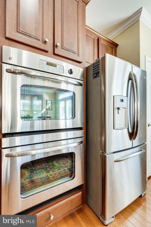 Upgraded stainless steel appliances - 42965 EDGEWATER ST, CHANTILLY