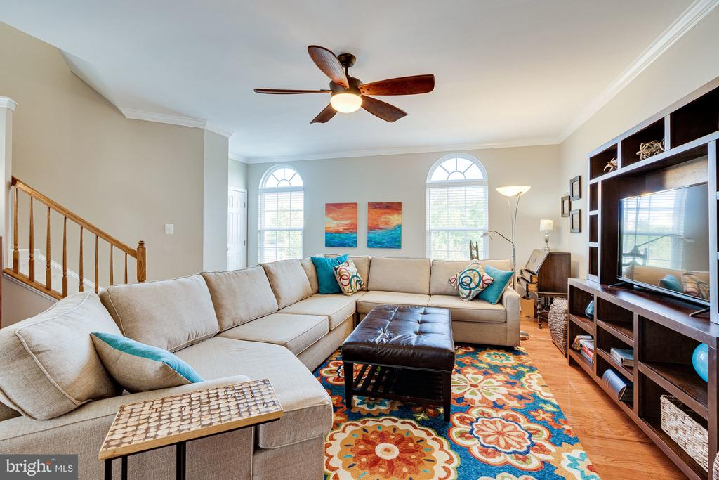Living room with hardwood floors & ceiling fan - 42965 EDGEWATER ST, CHANTILLY