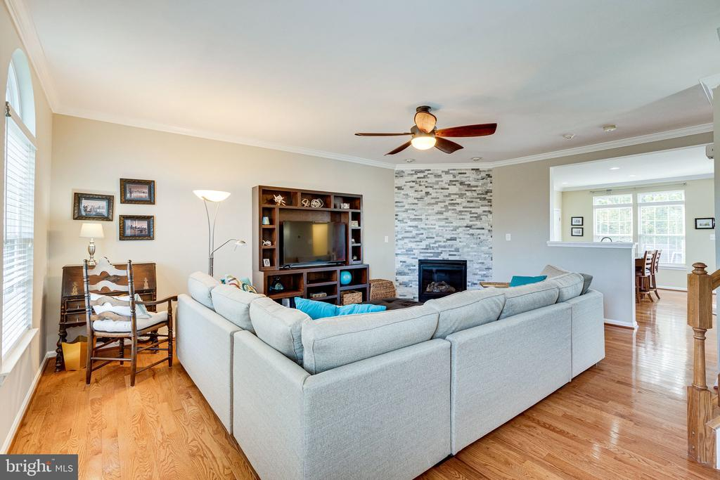 Large open living room - 42965 EDGEWATER ST, CHANTILLY