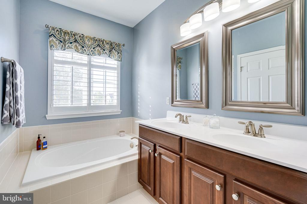 Primary bathroom with dual sinks - 42965 EDGEWATER ST, CHANTILLY