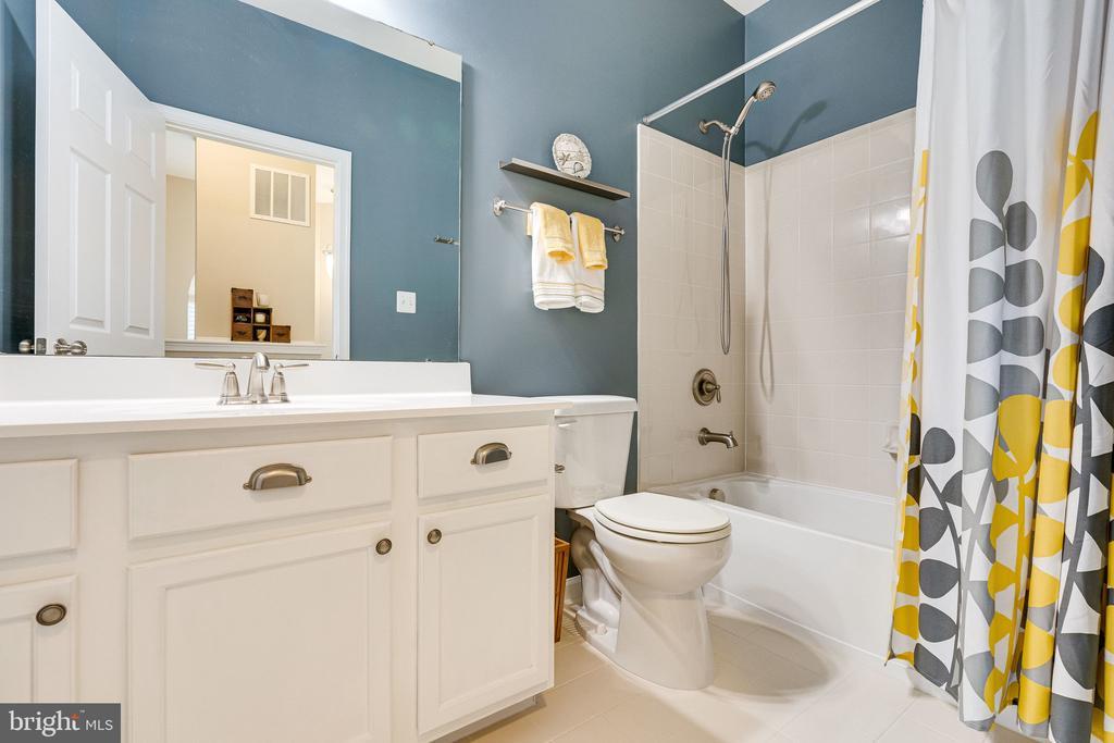 Hall bathroom - 42965 EDGEWATER ST, CHANTILLY