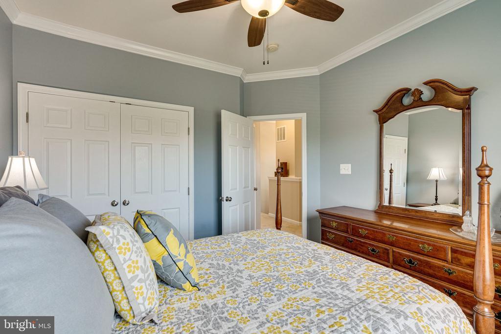 Bedroom 2 with crown molding - 42965 EDGEWATER ST, CHANTILLY