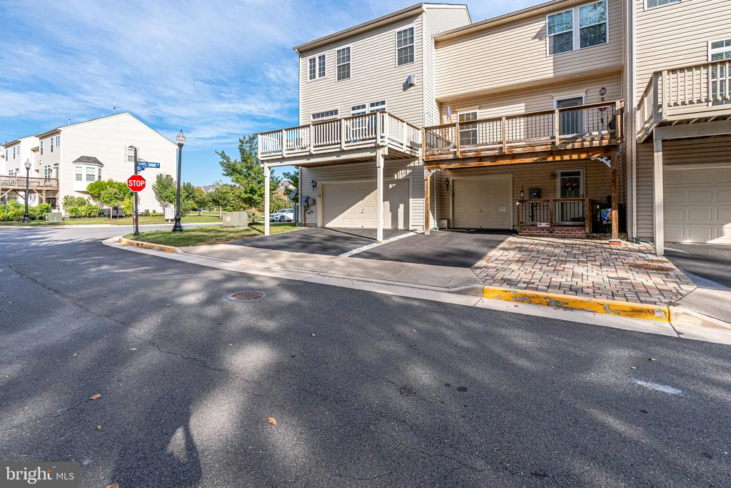 End unit townhome with rear entry garage - 42965 EDGEWATER ST, CHANTILLY