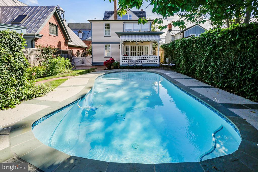 Gorgeous pool in the backyard - 11 WIRT ST SW, LEESBURG
