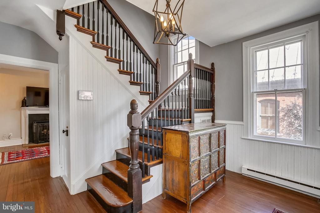 Entry way - 11 WIRT ST SW, LEESBURG