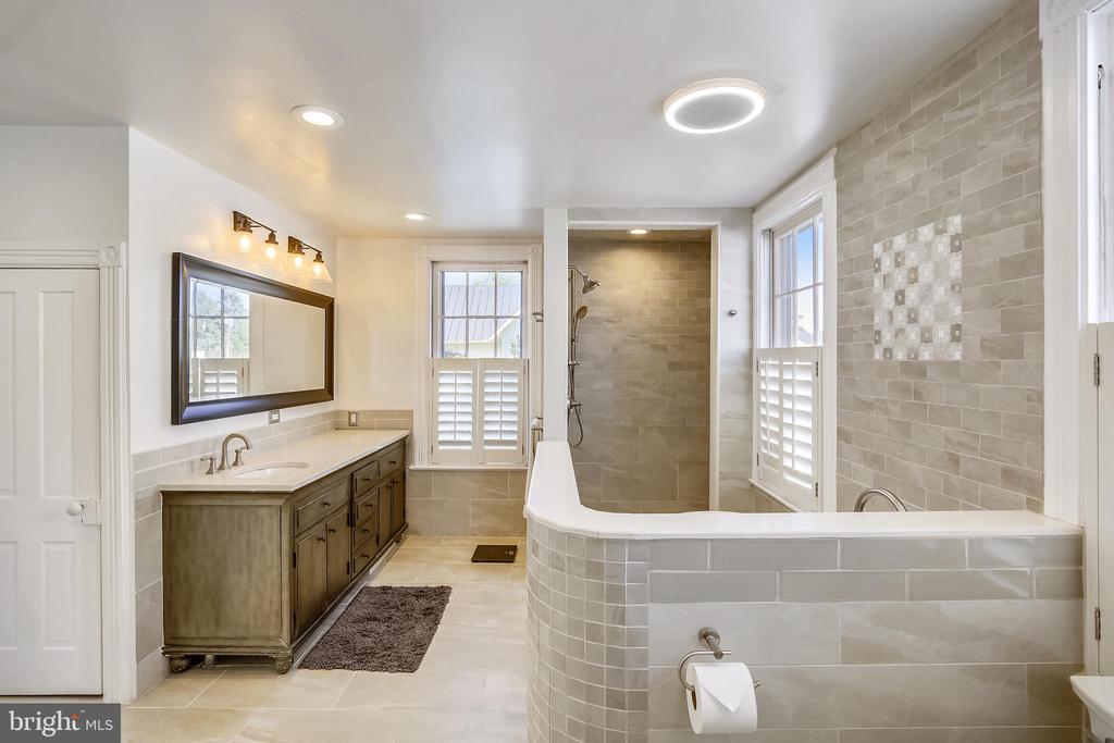 Owner's bathroom - 11 WIRT ST SW, LEESBURG
