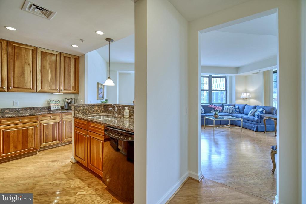 The front hallway / foyer is a lovely way to enter - 1830 FOUNTAIN DR #604, RESTON