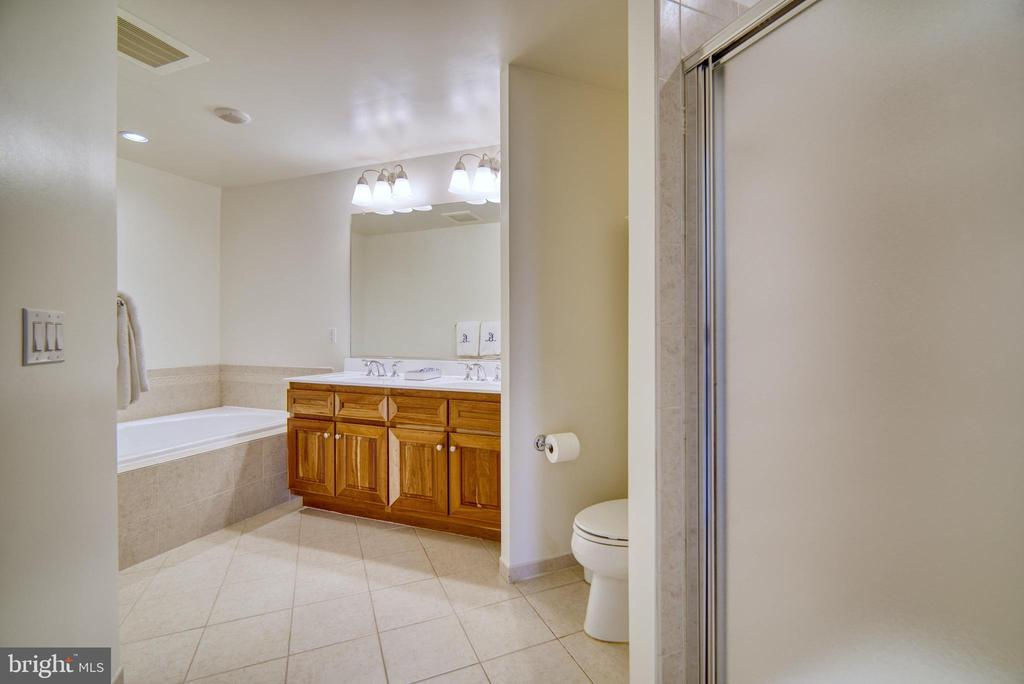 ...even these cabinets have convenient pull-outs - 1830 FOUNTAIN DR #604, RESTON