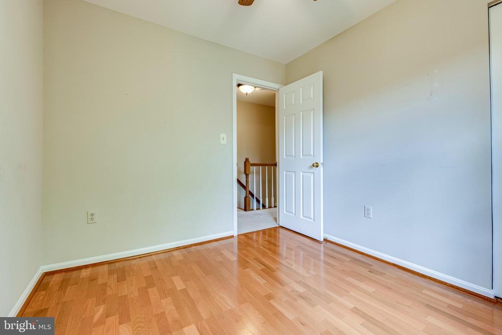 Bedroom 2 with hardwood floors - 6151 BRAELEIGH LN, ALEXANDRIA