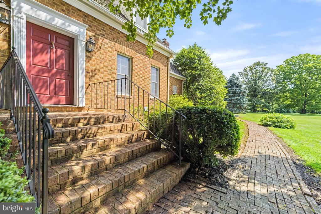 front entrance and brick walkway - 20707 ST LOUIS RD, PURCELLVILLE