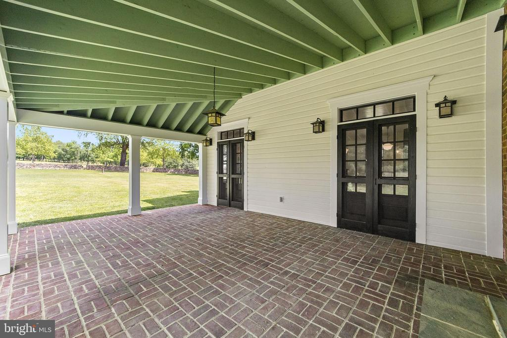 covered brick patio off kitchen - 20707 ST LOUIS RD, PURCELLVILLE