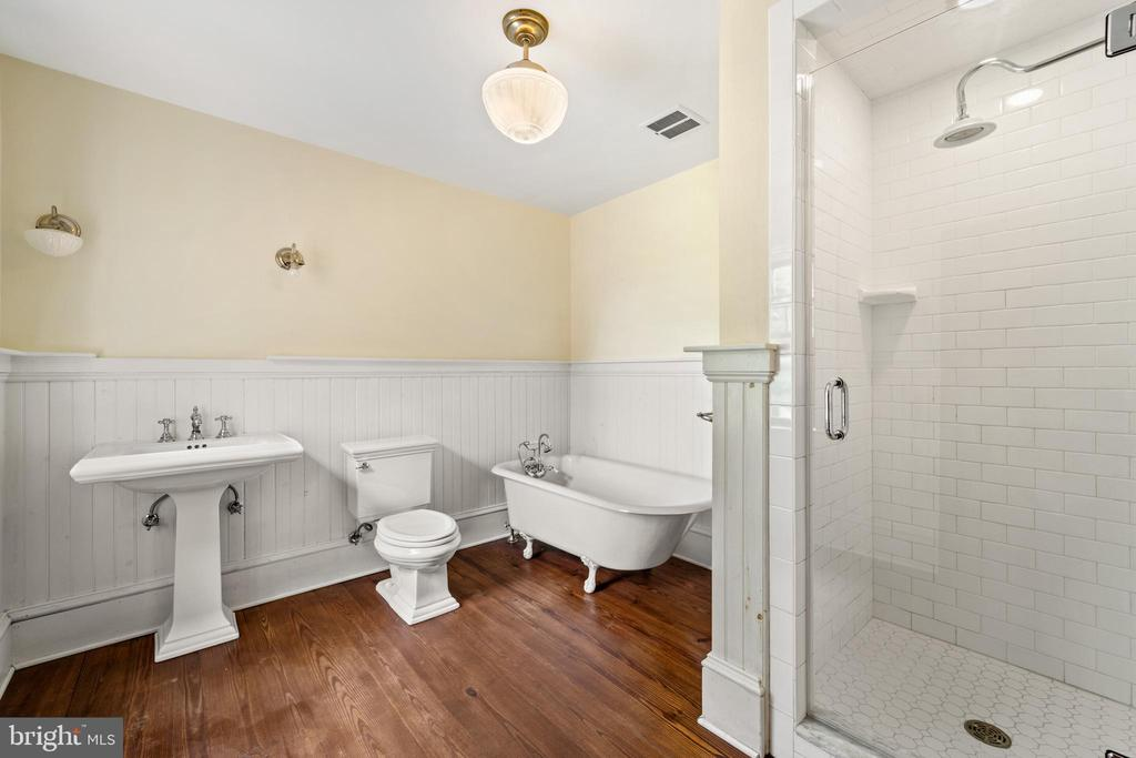hall bathroom is roomy - 20707 ST LOUIS RD, PURCELLVILLE