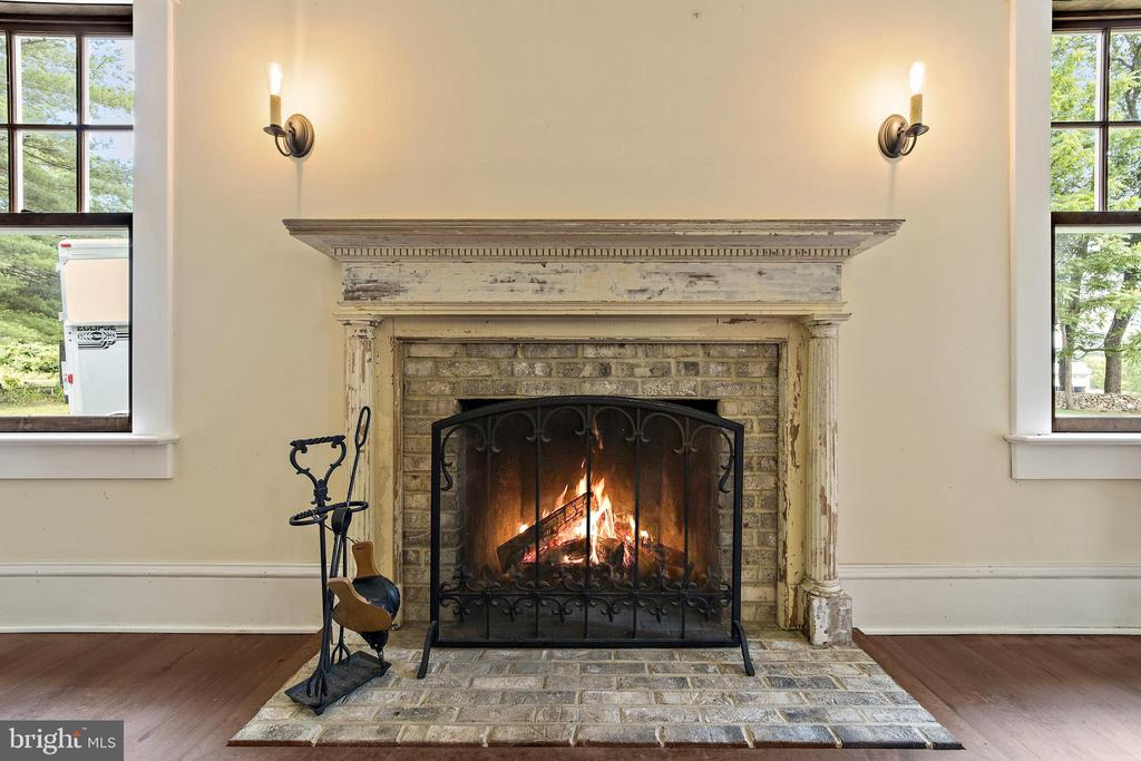 kitchen fireplace with antique mantle - 20707 ST LOUIS RD, PURCELLVILLE