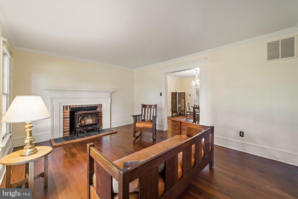 living room w/ wood stove - 20707 ST LOUIS RD, PURCELLVILLE
