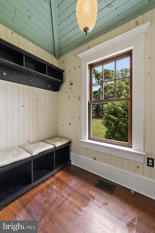 charming mud room - 20707 ST LOUIS RD, PURCELLVILLE