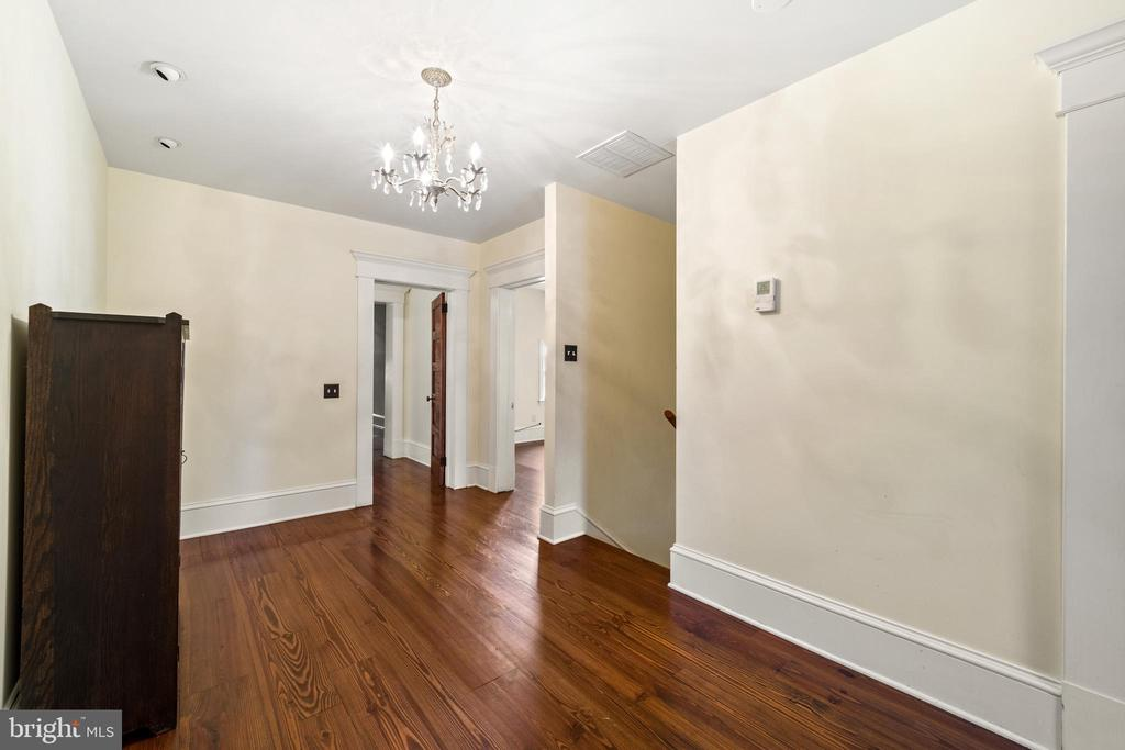 deep stair landing and hallway - 20707 ST LOUIS RD, PURCELLVILLE