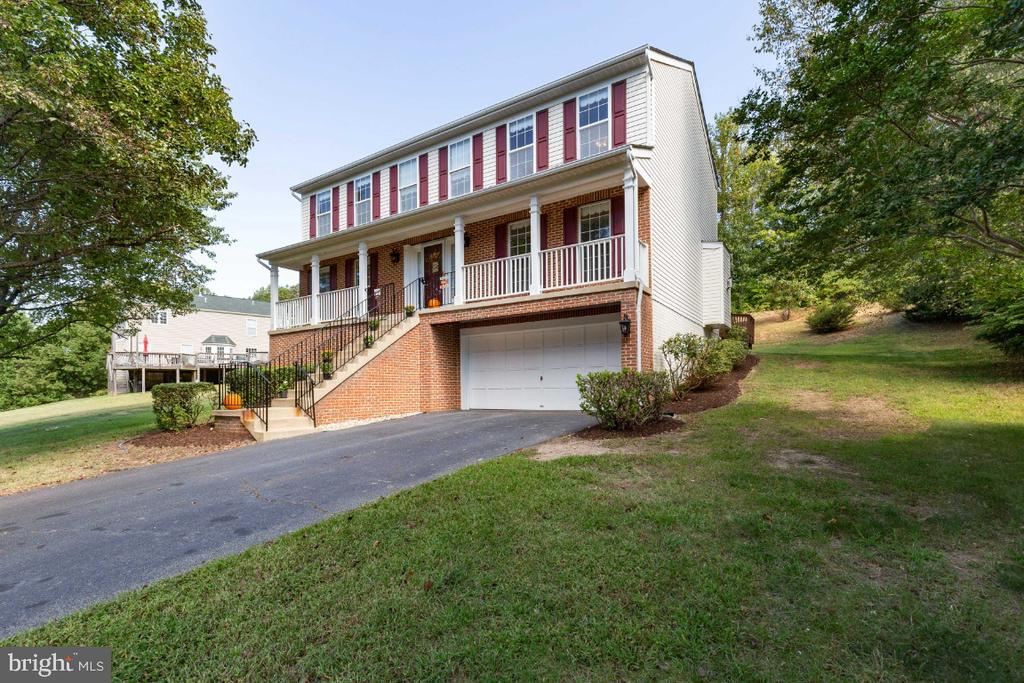 FRONT WITH GORGEOUS INVITING PORCH & LONG DRIVEWAY - 15355 BALD EAGLE LN, WOODBRIDGE